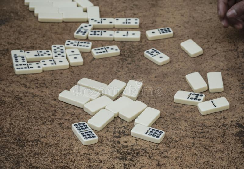 Dominos blancs dispersés sur une table photo stock