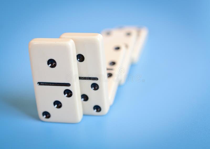 Dominos lokalisiert auf blauem Hintergrund stockfotografie