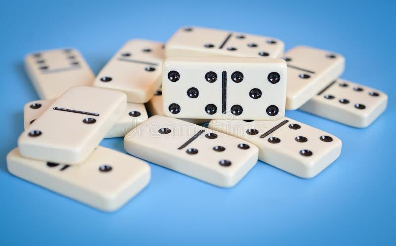 Dominos lokalisiert auf blauem Hintergrund lizenzfreies stockfoto