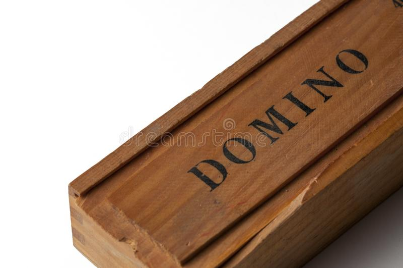 Dominos noirs dans une boîte en bois d'isolement sur un fond blanc Copiez l'espace image libre de droits