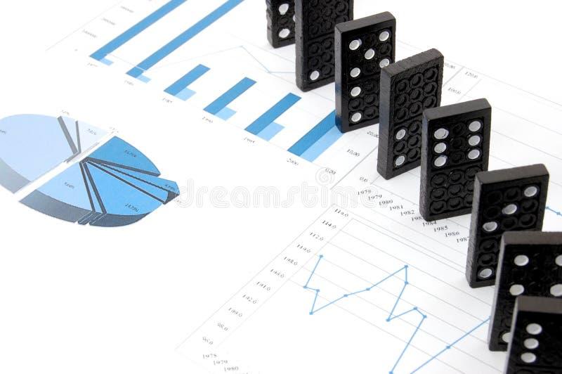 Dominos sur le diagramme photos stock