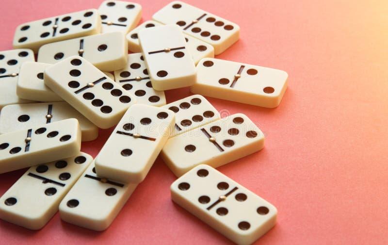 Dominos sur le fond rose Configuration plate photographie stock libre de droits