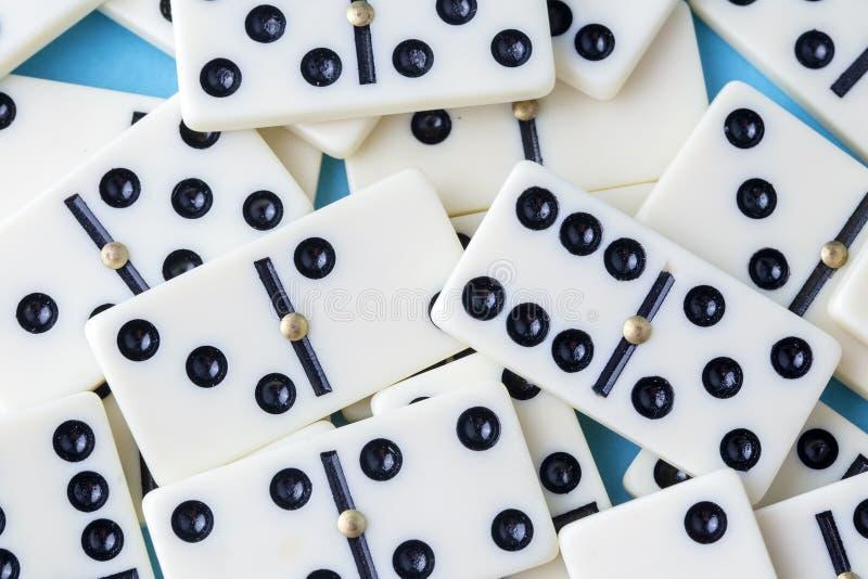 Dominospel op de blauwe achtergrond wordt geïsoleerd die royalty-vrije stock afbeelding