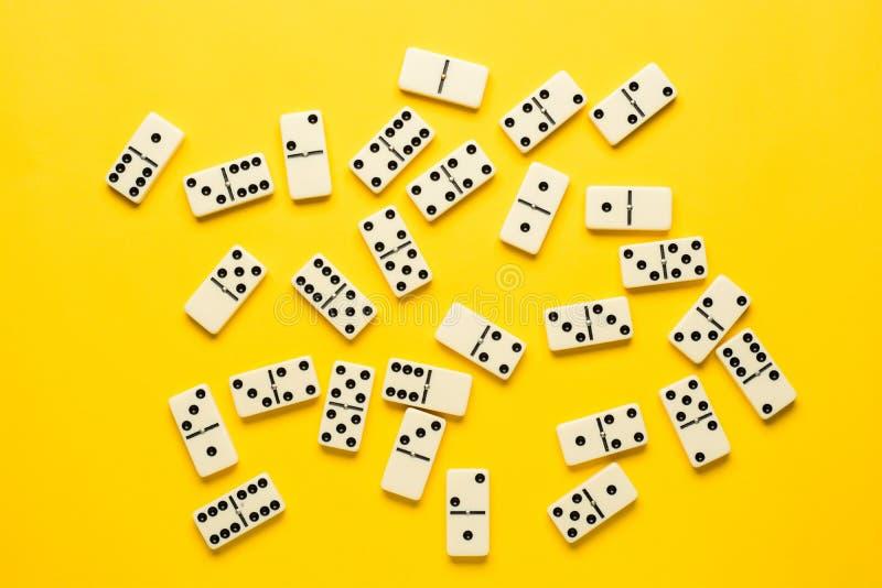 Dominost?cke ?ber hellem gelbem Hintergrund, Draufsicht Flacher Lagehintergrund lizenzfreies stockfoto