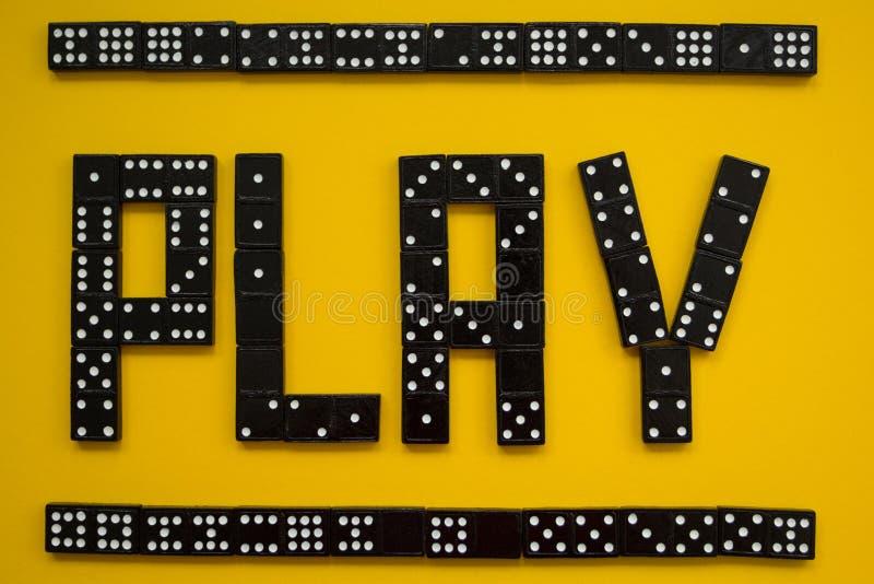 Dominostücke auf dem gelben Hintergrund, Spiel stockbild