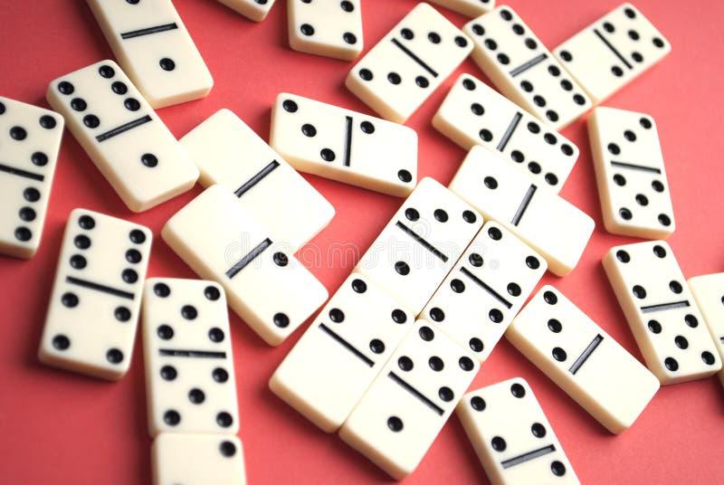Dominostücke auf einem roten Hintergrund lizenzfreies stockbild