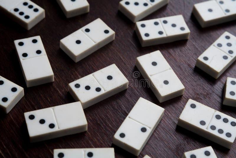 Dominostukken op het bruine houten fortuin lijst van het achtergrondspelengeluk royalty-vrije stock afbeelding