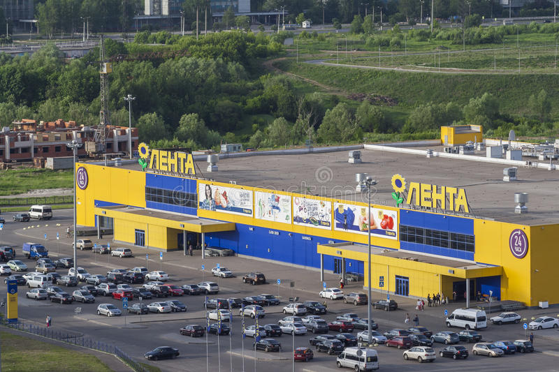Dominujący hypermarket na taśmie i parking zakończeniu Miasto Cheboksary, Chuvash republika, Rosja w rosji 05/04/2016 zdjęcie stock