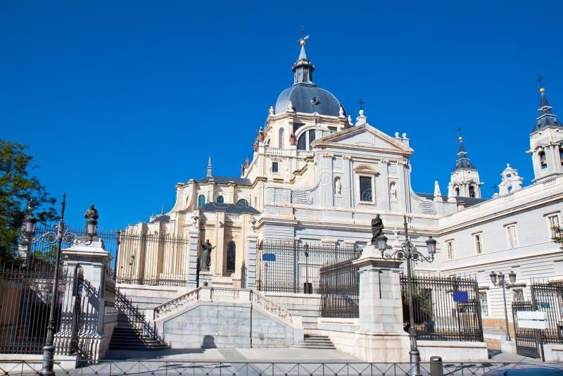 Domkyrka Almudena, Madrid, Spanien arkivbilder