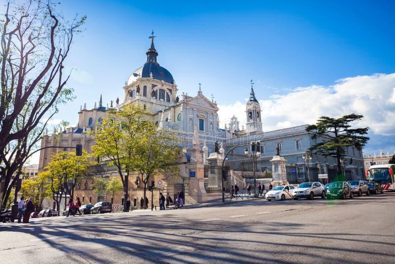 Domkyrka Almudena med turister på en vårdag i Madrid arkivbild