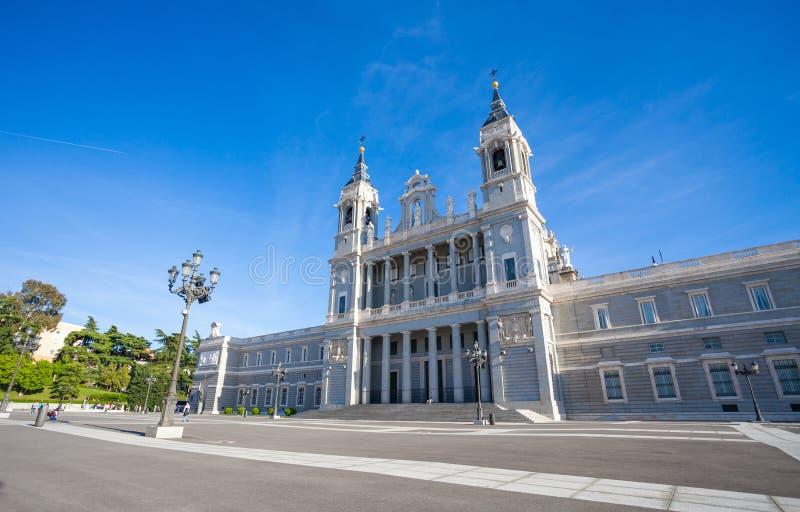 Domkyrka Almudena med turister på en vårdag i Madrid royaltyfri fotografi