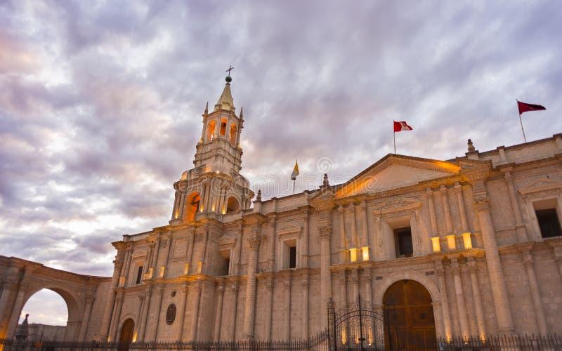 Domkyrka av Arequipa, Peru, med att bedöva himmel på skymning fotografering för bildbyråer
