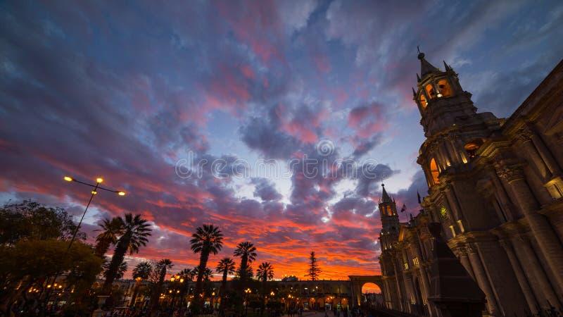 Domkyrka av Arequipa, Peru, med att bedöva himmel på skymning arkivfoto