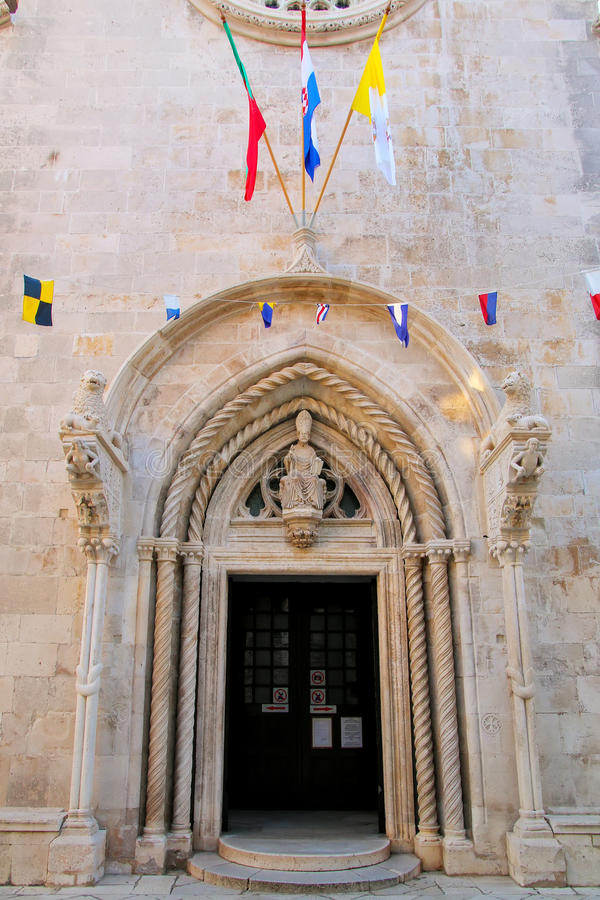 Domkyrka av den St Mark dörröppningen i Korcula den gamla staden, Kroatien royaltyfri fotografi