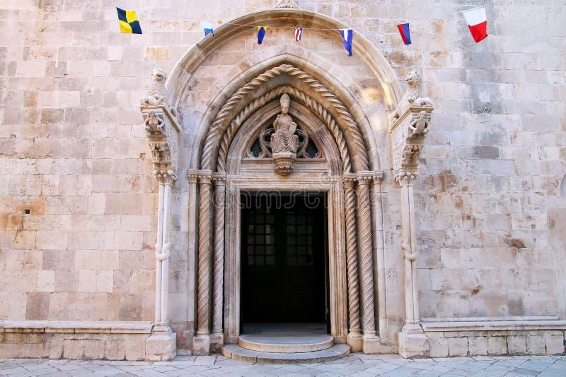 Domkyrka av den St Mark dörröppningen i Korcula den gamla staden, Kroatien royaltyfri foto