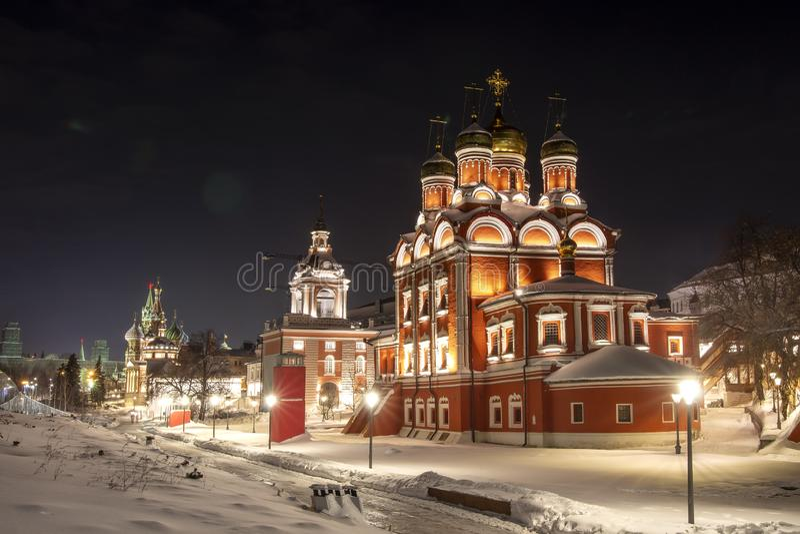 Domkyrka av den vår damen av teckensymbolen Znamensky kloster i vinternatt moscow russia arkivbild