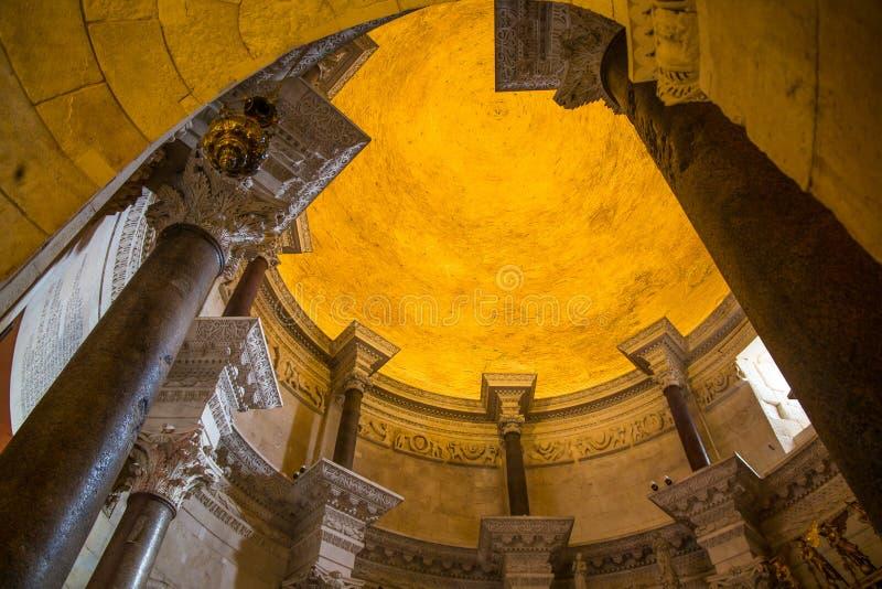 Domkyrka av helgonet Domnius och Diocletian slott i splittring, Dalmatia, Kroatien royaltyfri fotografi