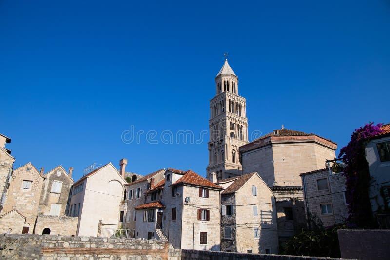 Domkyrka av helgonet Domnius och Diocletian slott i splittring, Dalmatia, Kroatien royaltyfri bild
