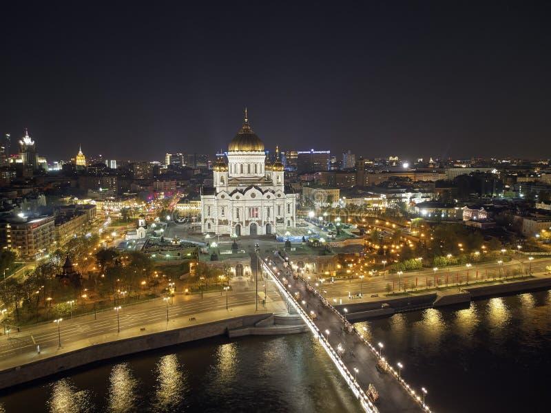 Domkyrka av Kristus frälsaren i Moskva nära floden, Ryssland på natten Flyg- surrsikt royaltyfri foto