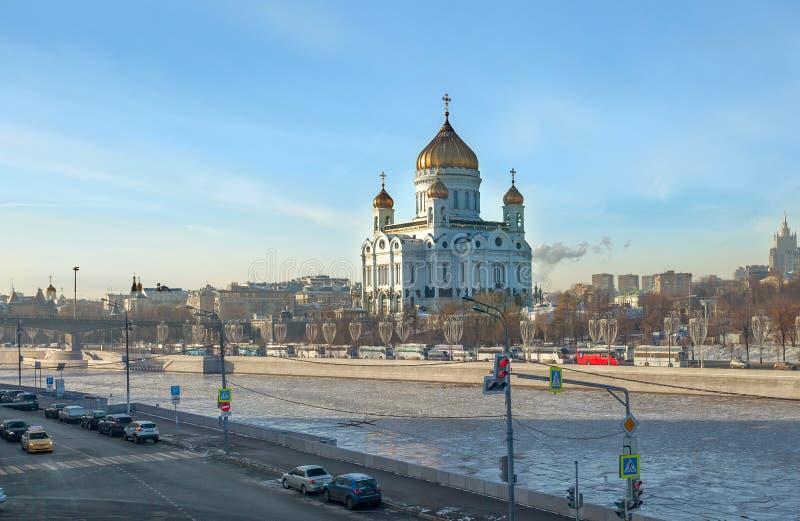 Domkyrka av Kristus frälsaren i Moskva- och Moskvafloden mos fotografering för bildbyråer