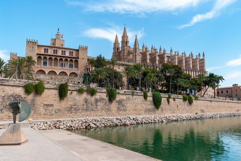 Domkyrka av Palma de Mallorca och Almudaina - Balearic Island, Spanien arkivbild