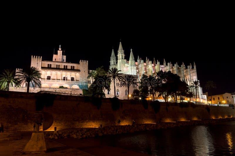 Domkyrka av Palma de Mallorca på natten - Spanien arkivfoton