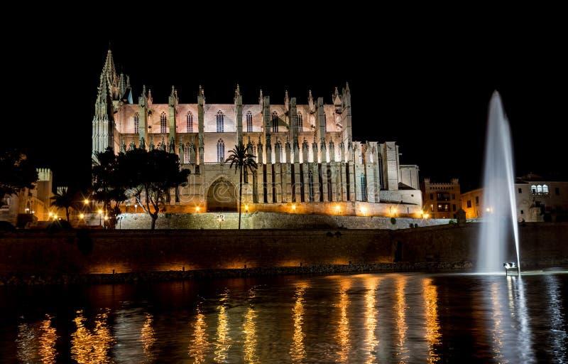 Domkyrka av Palma de Mallorca på natten - Spanien royaltyfri foto