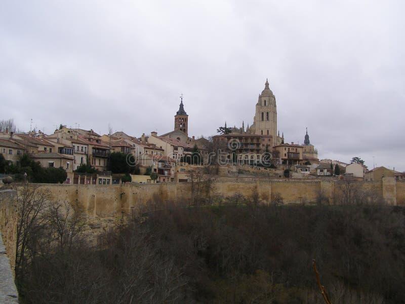 Domkyrka av Segovia med stadsväggsikten Spanien arkivbilder