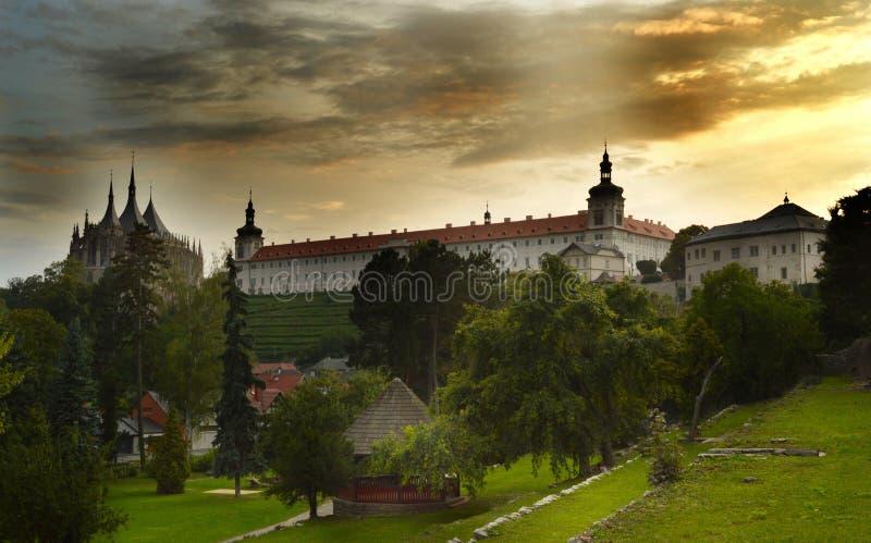 Domkyrka av St Barbara och jesuithögskolapanoram, Kutna Hora, trepublic tjeck royaltyfria bilder