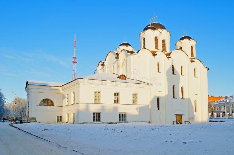 Domkyrka av St Nicholas landskapet för vinter för mirakelarbetare det soliga royaltyfria foton