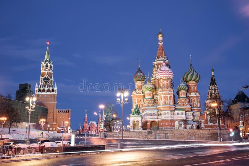 Domkyrka av Vasily det välsignad och Spasskaya tornet royaltyfria bilder
