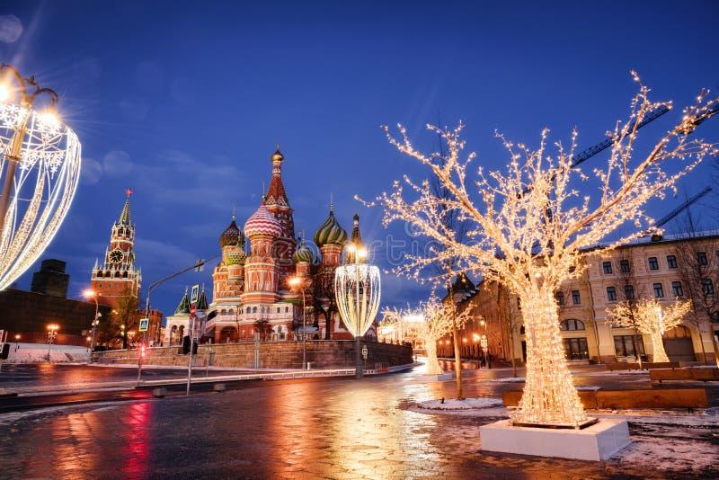 Domkyrka av Vasily det välsignad och Spasskaya tornet royaltyfria foton