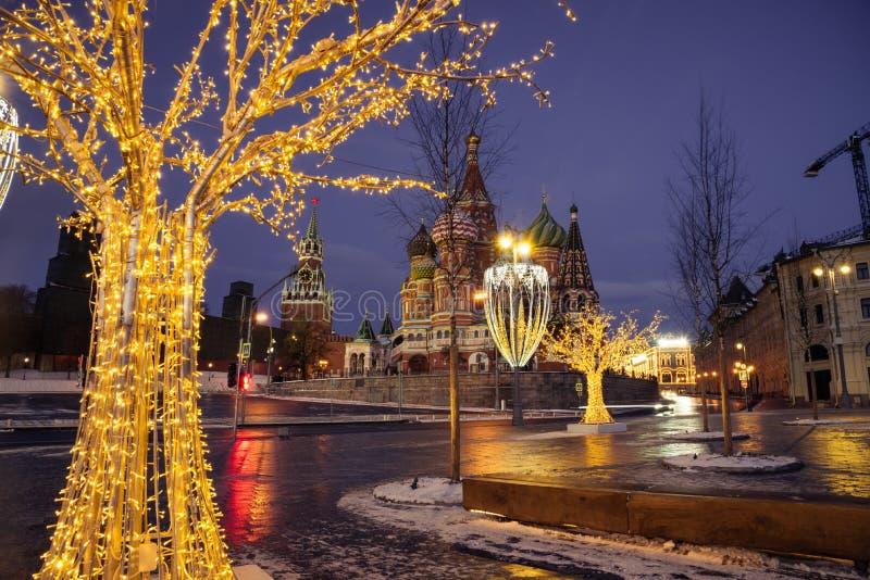 Domkyrka av Vasily det välsignad och Spasskaya tornet arkivfoton