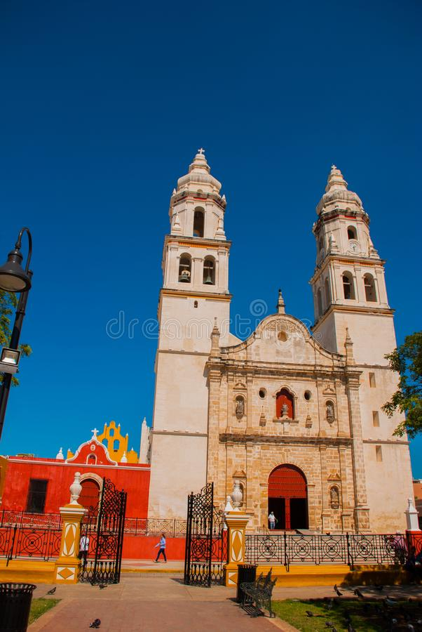 Domkyrka Campeche, Mexico: Plaza de la Independencia, i Campeche, gammal stad för Mexico ` s av San Francisco de Campeche arkivfoto
