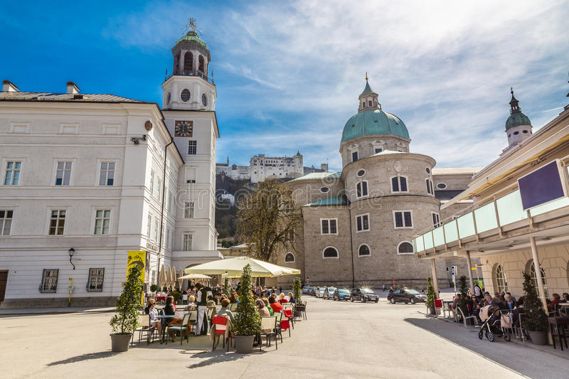 Domkyrka, fästning och Glockenspiel-Salzburg arkivbilder