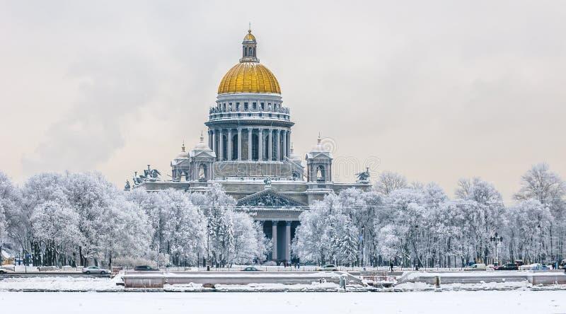 Domkyrka för helgonIsaac ` s i vinter, St Petersburg, Ryssland arkivfoton