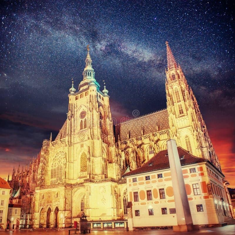 Domkyrka för Prague St Vitus Stjärnklar himmel för nattetid royaltyfri fotografi
