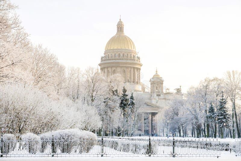 Domkyrka för ` s för St Isaac i frostig morgon för St Petersburg vinter royaltyfri foto