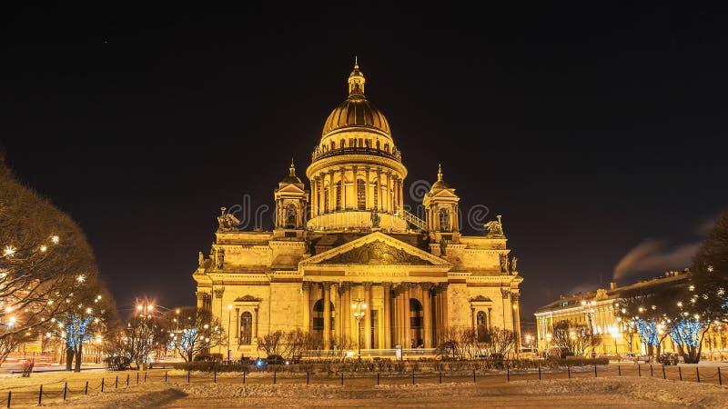 Domkyrka för ` s för St Isaac i St Petersburg, vinternattsikt fotografering för bildbyråer