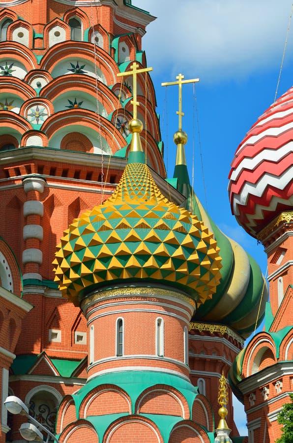 Domkyrka för ` s för MoskvaSt-basilika på en ljus solig dag mot en blå himmel royaltyfri bild