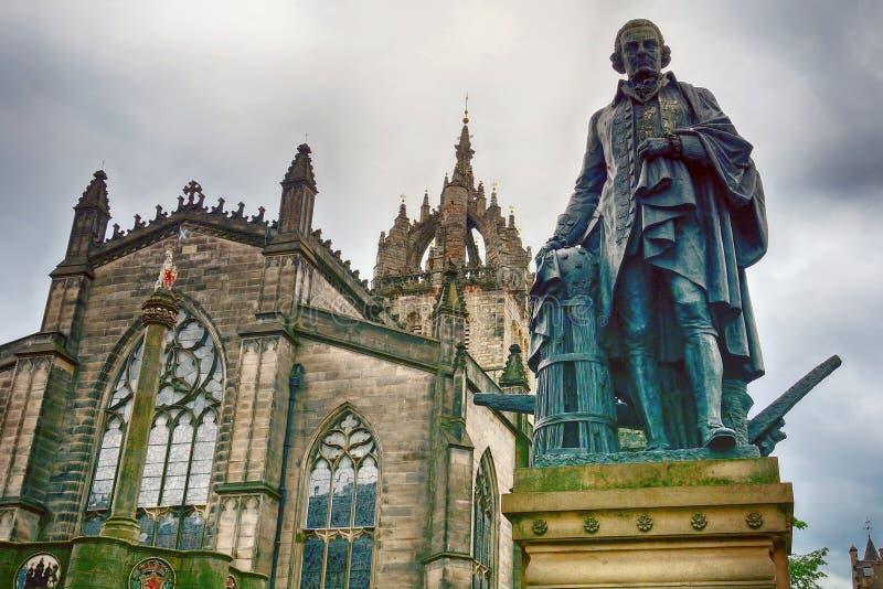 Domkyrka för ` s för St Gile och statyn av Adam Smith, Edinburg, Sc arkivbilder