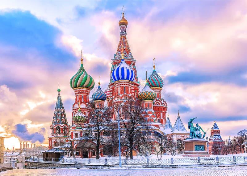 Domkyrka för St-basilika` s på röd fyrkant i Moskva arkivbild