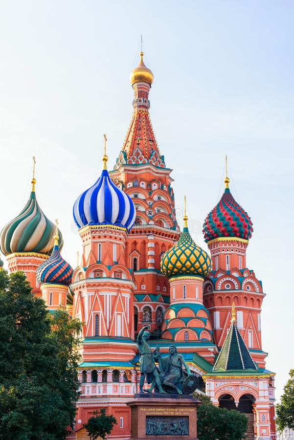 Domkyrka för St-basilika` s på röd fyrkant i Moskva i morgonsolen royaltyfria bilder