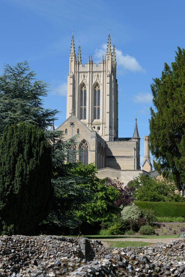 Domkyrka för St Edmundsbury med abbotsklosterväggen royaltyfri fotografi