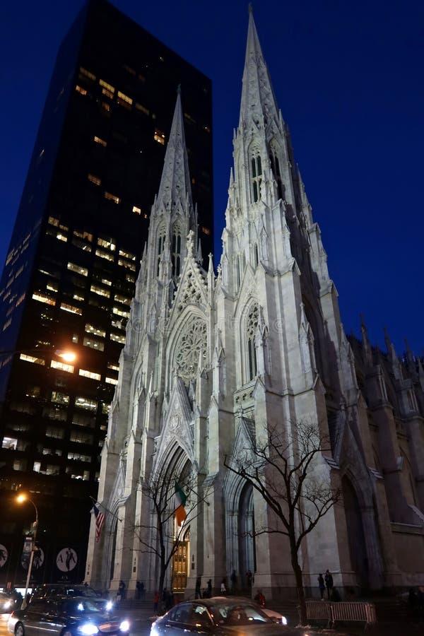 Domkyrka för St Patrick ` s i New York på natten på dag för St Patrick ` s royaltyfria foton