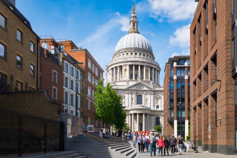 Domkyrka för St Paul ` s, London i sommar arkivbild