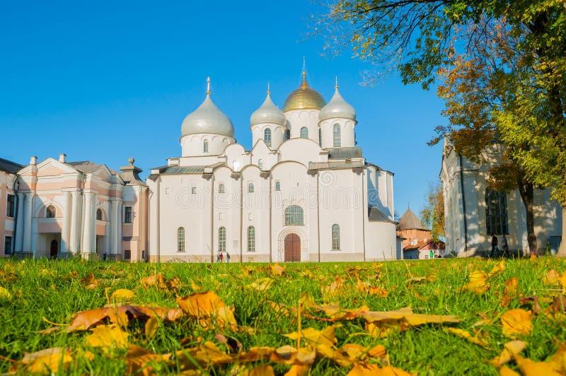 Domkyrka för St Sophia Russian Orthodox på den soliga höstdagen i Veliky Novgorod, Ryssland royaltyfri foto