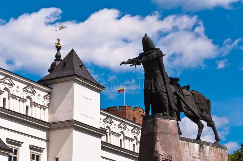 Domkyrka, Gediminas slott och storslagna Duke Statue arkivbild