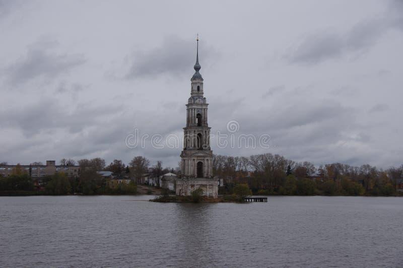 Domkyrka i floden arkivfoton