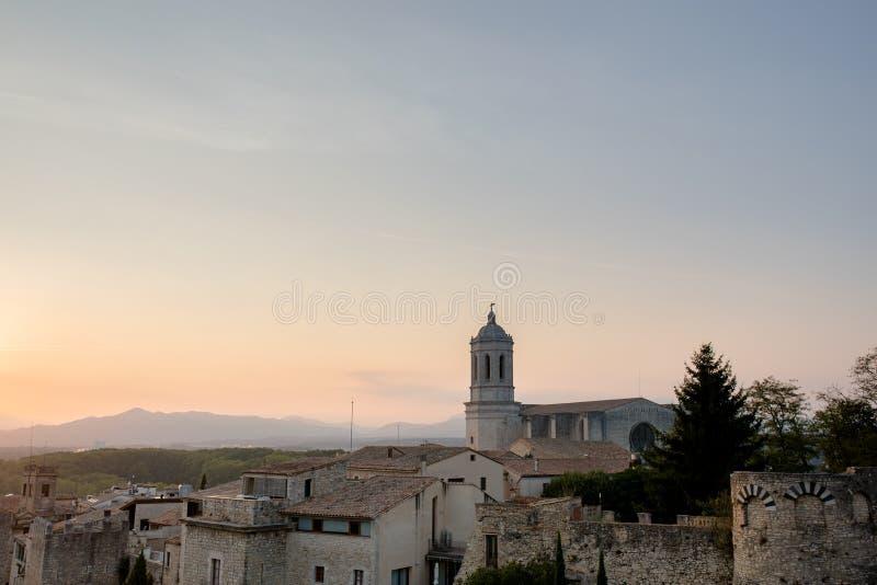 Domkyrka i Girona på solnedgången arkivbild